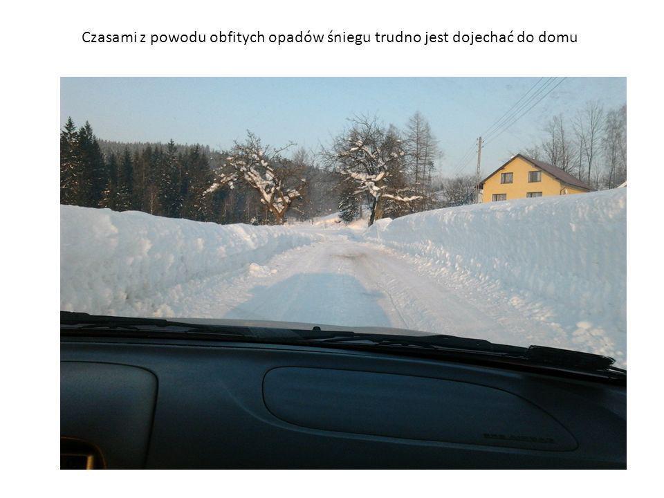 Czasami z powodu obfitych opadów śniegu trudno jest dojechać do domu