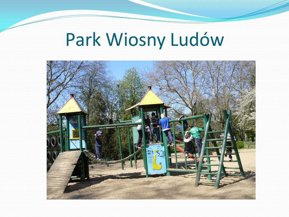 Park Wiosny Ludów Bawimy się na placu zabaw w centrum parku.