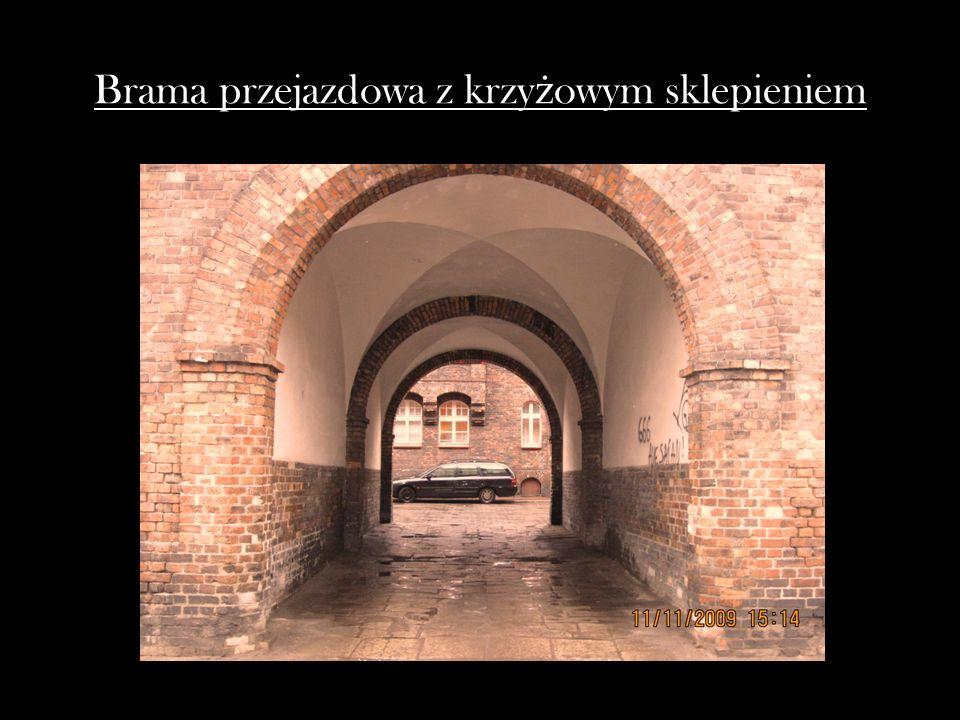 Brama przejazdowa z krzyżowym sklepieniem