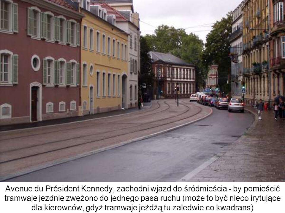 Avenue du Président Kennedy, zachodni wjazd do śródmieścia - by pomieścić tramwaje jezdnię zwężono do jednego pasa ruchu (może to być nieco irytujące dla kierowców, gdyż tramwaje jeżdżą tu zaledwie co kwadrans)