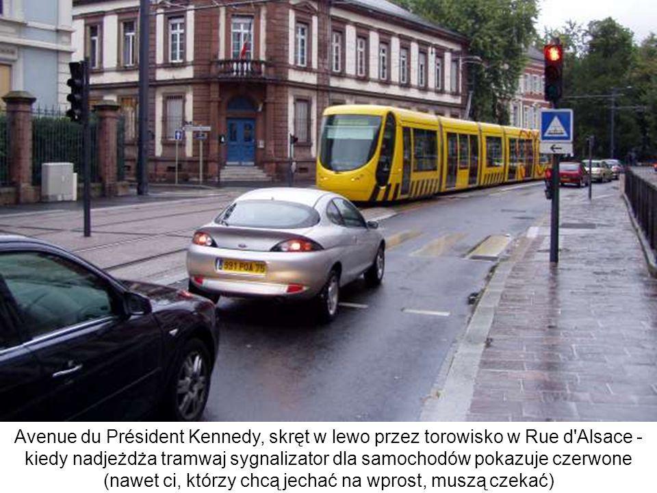 Avenue du Président Kennedy, skręt w lewo przez torowisko w Rue d Alsace - kiedy nadjeżdża tramwaj sygnalizator dla samochodów pokazuje czerwone (nawet ci, którzy chcą jechać na wprost, muszą czekać)