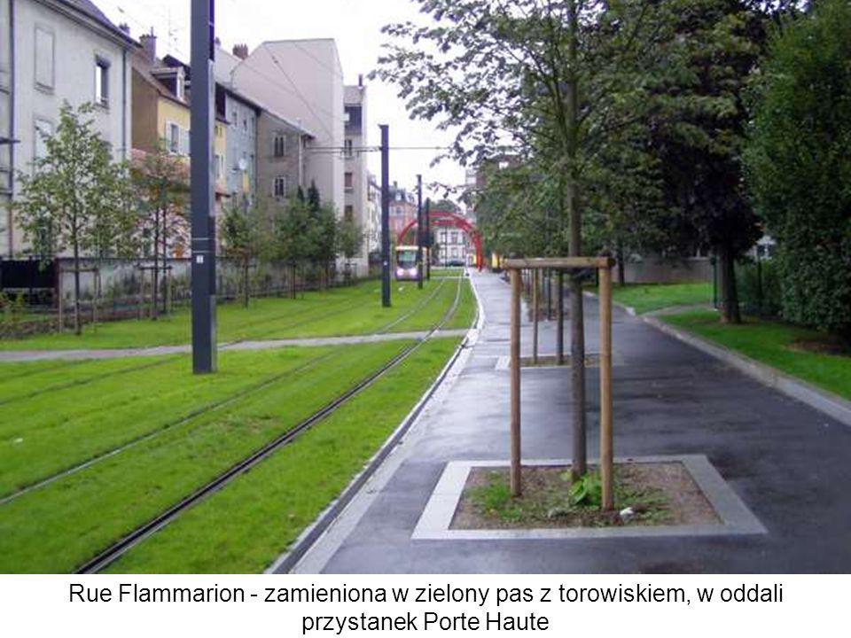 Rue Flammarion - zamieniona w zielony pas z torowiskiem, w oddali przystanek Porte Haute