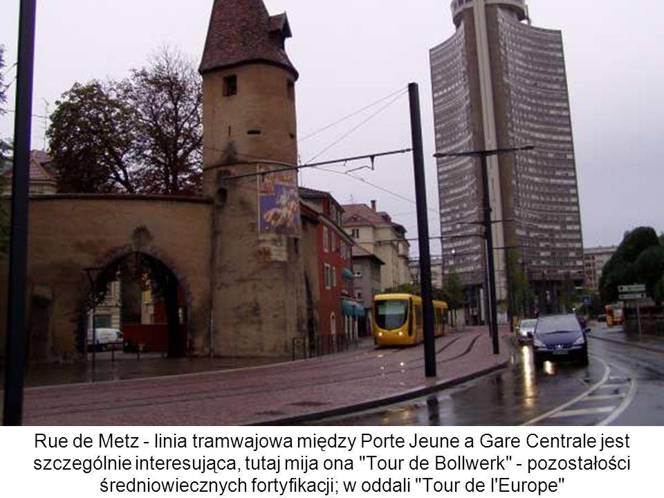 Rue de Metz - linia tramwajowa między Porte Jeune a Gare Centrale jest szczególnie interesująca, tutaj mija ona Tour de Bollwerk - pozostałości średniowiecznych fortyfikacji; w oddali Tour de l Europe