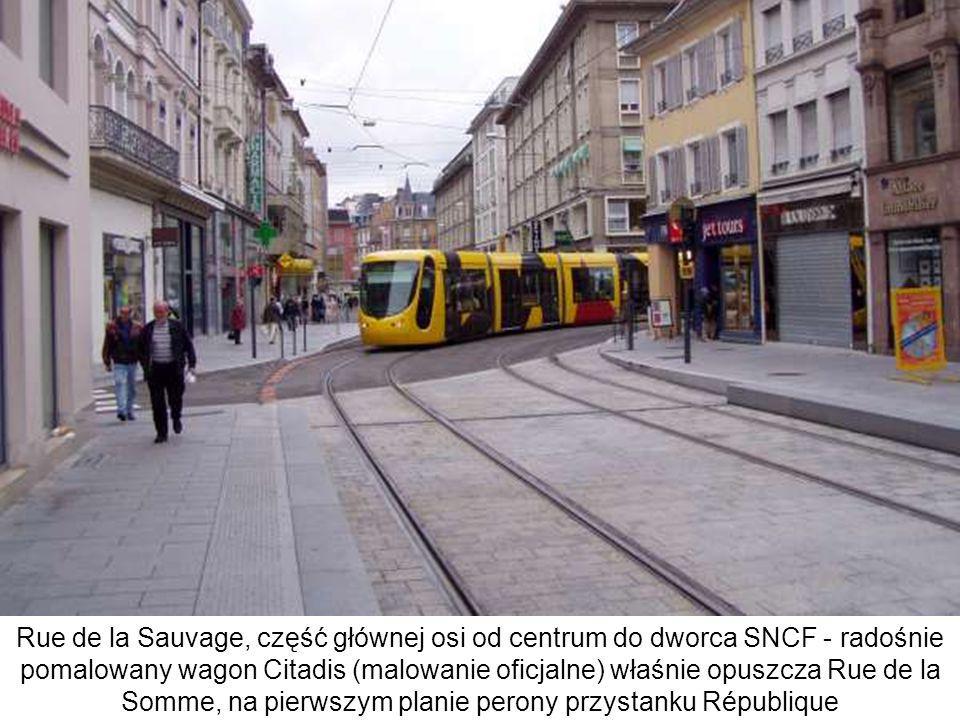 Rue de la Sauvage, część głównej osi od centrum do dworca SNCF - radośnie pomalowany wagon Citadis (malowanie oficjalne) właśnie opuszcza Rue de la Somme, na pierwszym planie perony przystanku République