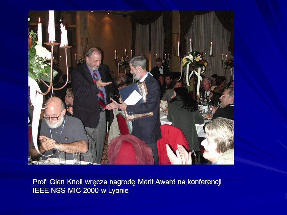 Prof. Glen Knoll wręcza nagrodę Merit Award na konferencji