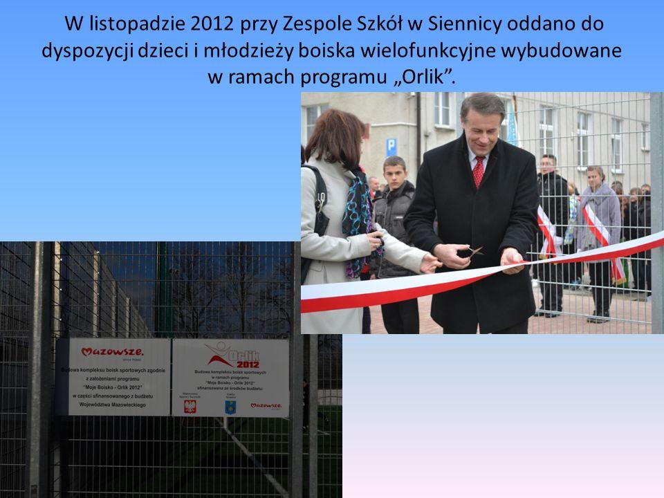 """W listopadzie 2012 przy Zespole Szkół w Siennicy oddano do dyspozycji dzieci i młodzieży boiska wielofunkcyjne wybudowane w ramach programu """"Orlik ."""