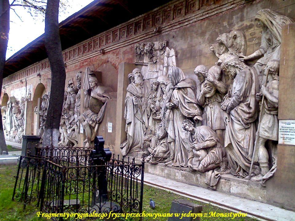 Brązowy fryz wokół świątyni przedstawiający sceny z Nowego Testamentu i historii Rusi