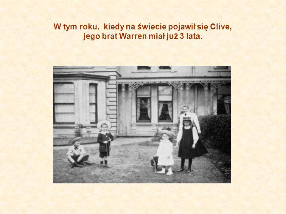 W tym roku, kiedy na świecie pojawił się Clive, jego brat Warren miał już 3 lata.