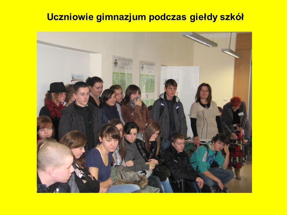 Uczniowie gimnazjum podczas giełdy szkół