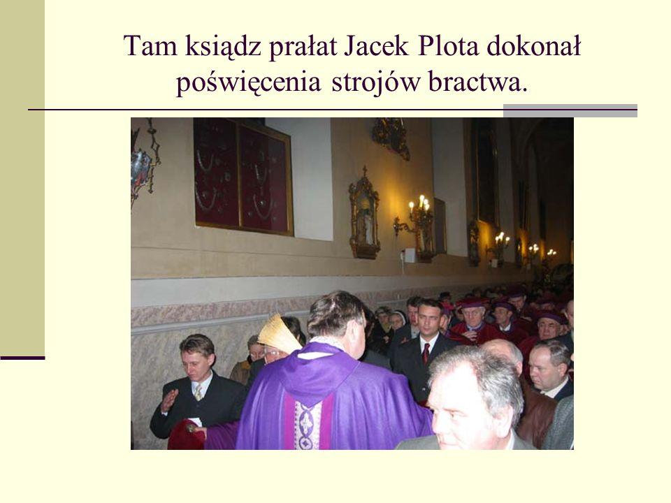 Tam ksiądz prałat Jacek Plota dokonał poświęcenia strojów bractwa.