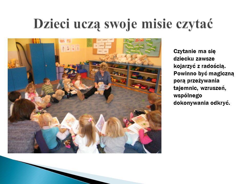 Dzieci uczą swoje misie czytać