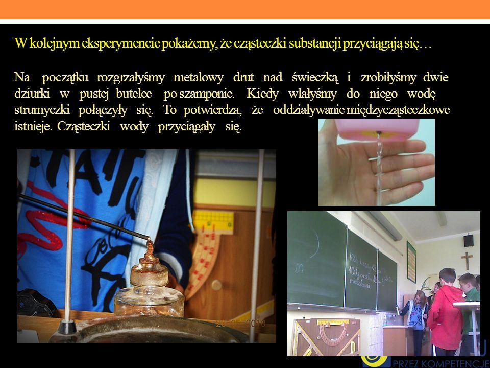W kolejnym eksperymencie pokażemy, że cząsteczki substancji przyciągają się… Na początku rozgrzałyśmy metalowy drut nad świeczką i zrobiłyśmy dwie dziurki w pustej butelce po szamponie.