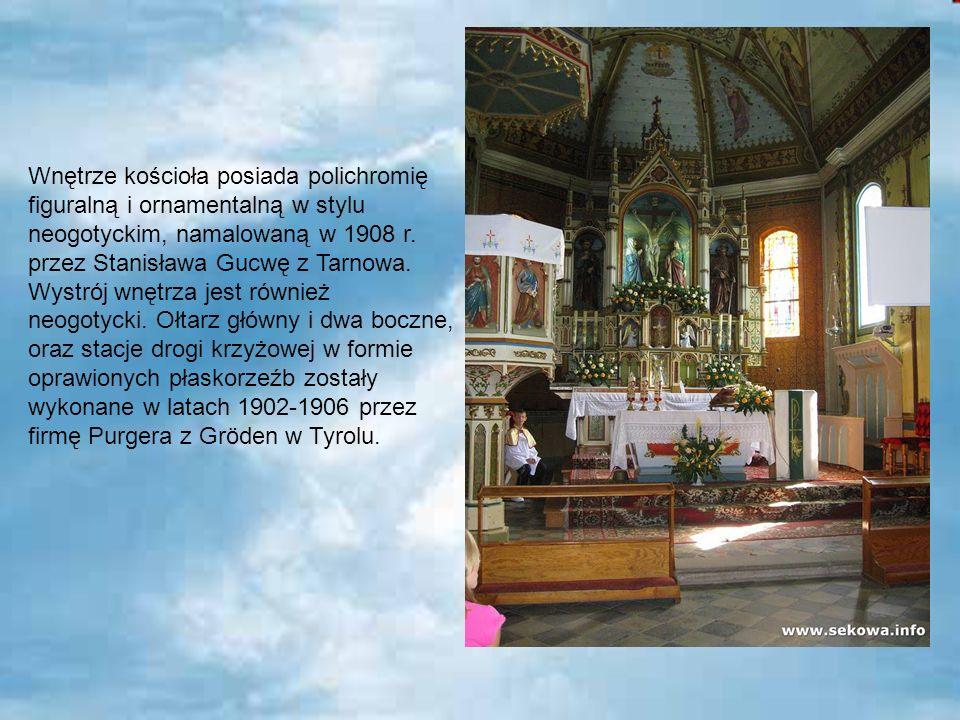 Wnętrze kościoła posiada polichromię figuralną i ornamentalną w stylu neogotyckim, namalowaną w 1908 r.