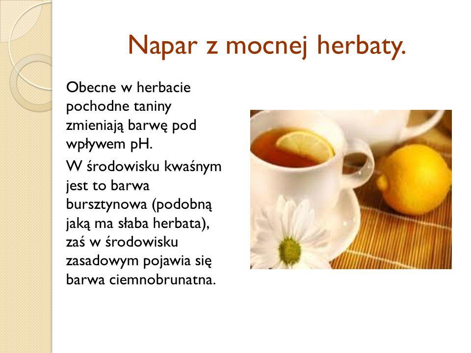 Napar z mocnej herbaty. Obecne w herbacie pochodne taniny zmieniają barwę pod wpływem pH.