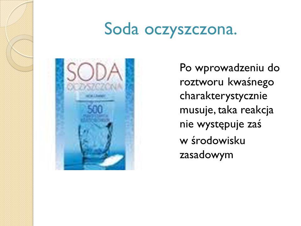 Soda oczyszczona. Po wprowadzeniu do roztworu kwaśnego charakterystycznie musuje, taka reakcja nie występuje zaś.