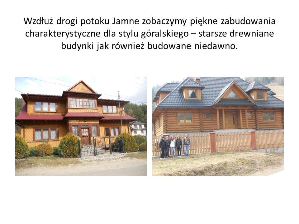 Wzdłuż drogi potoku Jamne zobaczymy piękne zabudowania charakterystyczne dla stylu góralskiego – starsze drewniane budynki jak również budowane niedawno.
