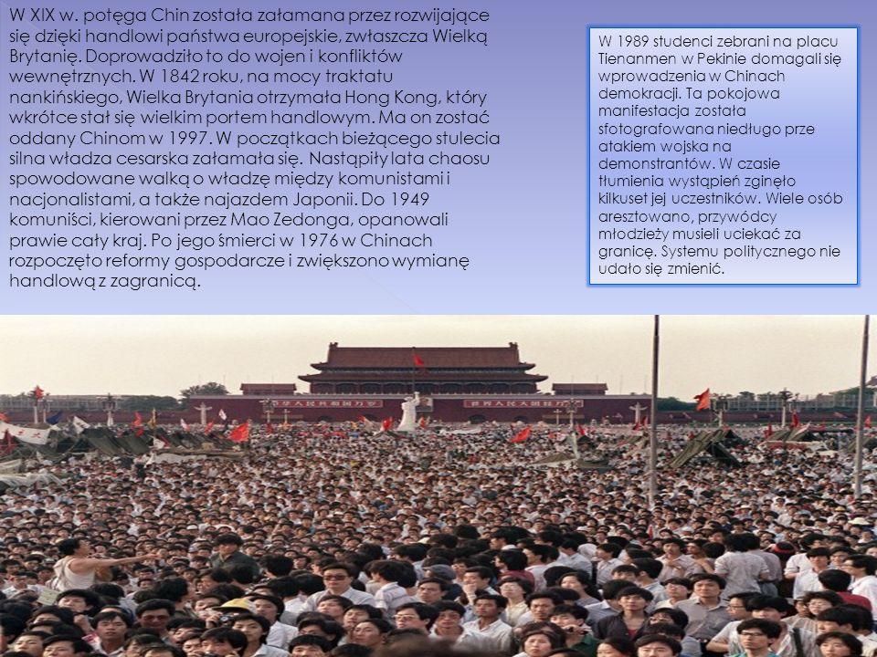 W XIX w. potęga Chin została załamana przez rozwijające się dzięki handlowi państwa europejskie, zwłaszcza Wielką Brytanię. Doprowadziło to do wojen i konfliktów wewnętrznych. W 1842 roku, na mocy traktatu nankińskiego, Wielka Brytania otrzymała Hong Kong, który wkrótce stał się wielkim portem handlowym. Ma on zostać oddany Chinom w 1997. W początkach bieżącego stulecia silna władza cesarska załamała się. Nastąpiły lata chaosu spowodowane walką o władzę między komunistami i nacjonalistami, a także najazdem Japonii. Do 1949 komuniści, kierowani przez Mao Zedonga, opanowali prawie cały kraj. Po jego śmierci w 1976 w Chinach rozpoczęto reformy gospodarcze i zwiększono wymianę handlową z zagranicą.