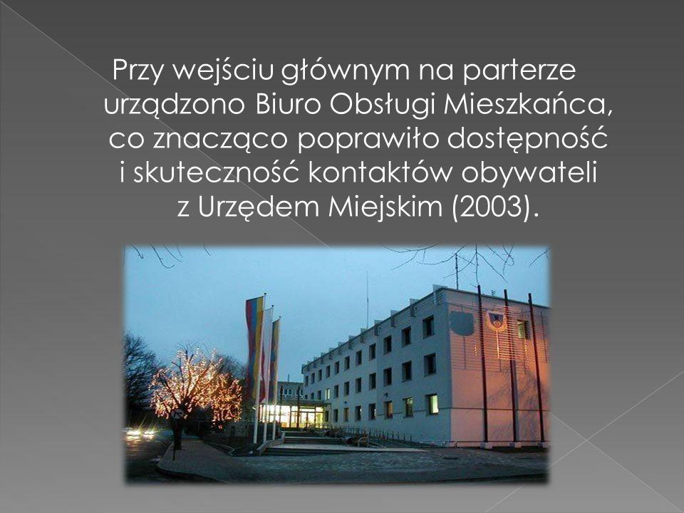 Przy wejściu głównym na parterze urządzono Biuro Obsługi Mieszkańca, co znacząco poprawiło dostępność i skuteczność kontaktów obywateli z Urzędem Miejskim (2003).