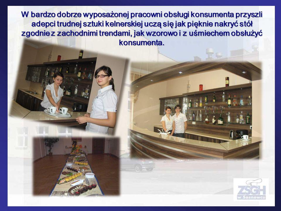 W bardzo dobrze wyposażonej pracowni obsługi konsumenta przyszli adepci trudnej sztuki kelnerskiej uczą się jak pięknie nakryć stół zgodnie z zachodnimi trendami, jak wzorowo i z uśmiechem obsłużyć konsumenta.