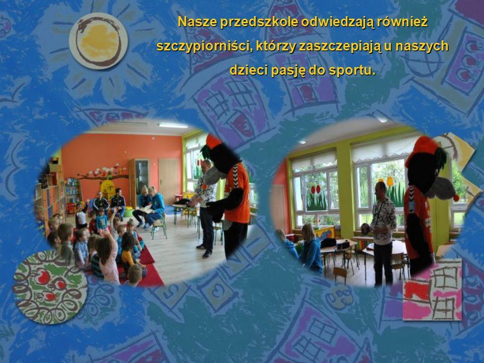 Nasze przedszkole odwiedzają również szczypiorniści, którzy zaszczepiają u naszych dzieci pasję do sportu.