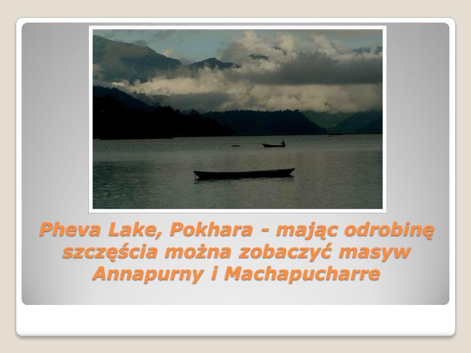 Pheva Lake, Pokhara - mając odrobinę szczęścia można zobaczyć masyw Annapurny i Machapucharre