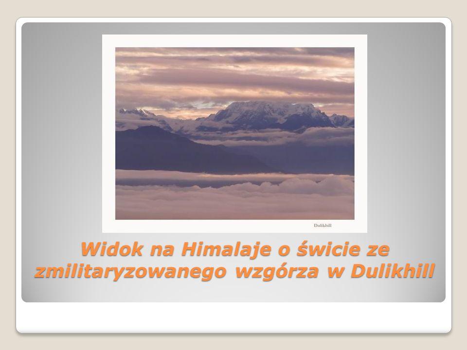 Widok na Himalaje o świcie ze zmilitaryzowanego wzgórza w Dulikhill
