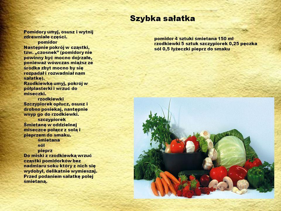 Szybka sałatka Pomidory umyj, osusz i wytnij zdrewniałe części.