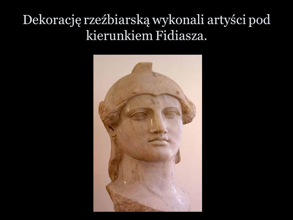 Dekorację rzeźbiarską wykonali artyści pod kierunkiem Fidiasza.