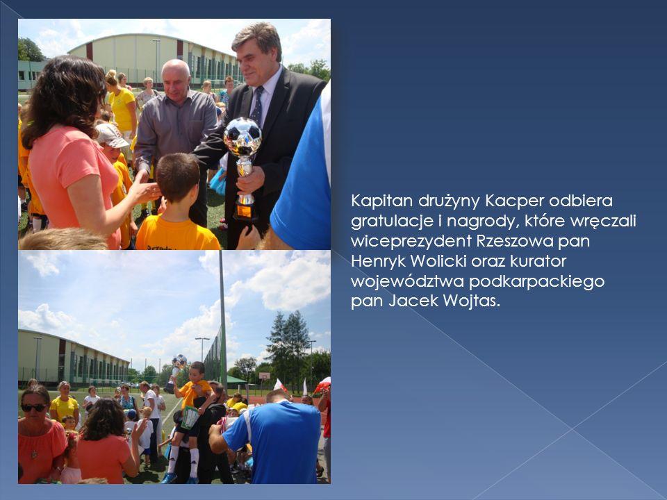 Kapitan drużyny Kacper odbiera gratulacje i nagrody, które wręczali wiceprezydent Rzeszowa pan Henryk Wolicki oraz kurator województwa podkarpackiego pan Jacek Wojtas.