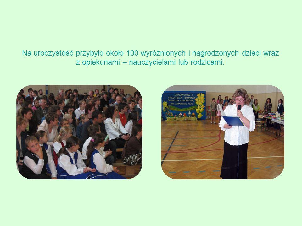 Na uroczystość przybyło około 100 wyróżnionych i nagrodzonych dzieci wraz z opiekunami – nauczycielami lub rodzicami.