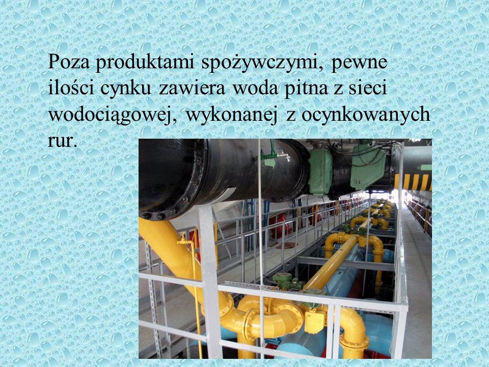 Poza produktami spożywczymi, pewne ilości cynku zawiera woda pitna z sieci wodociągowej, wykonanej z ocynkowanych rur.