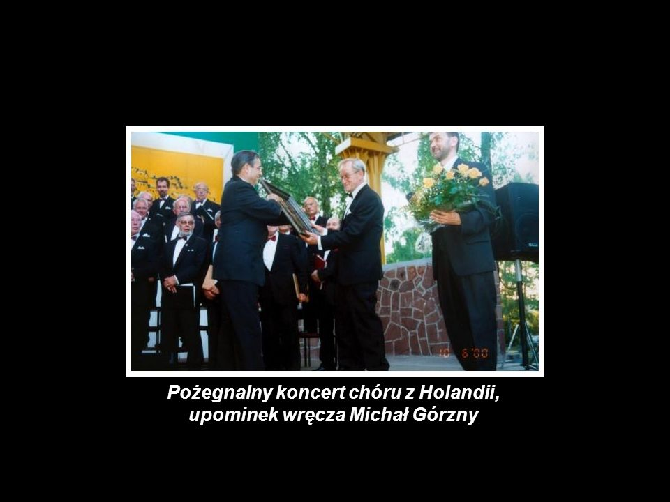 Pożegnalny koncert chóru z Holandii, upominek wręcza Michał Górzny
