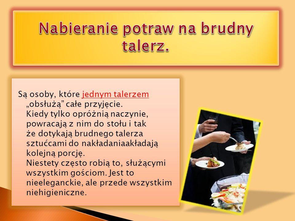 Nabieranie potraw na brudny talerz.