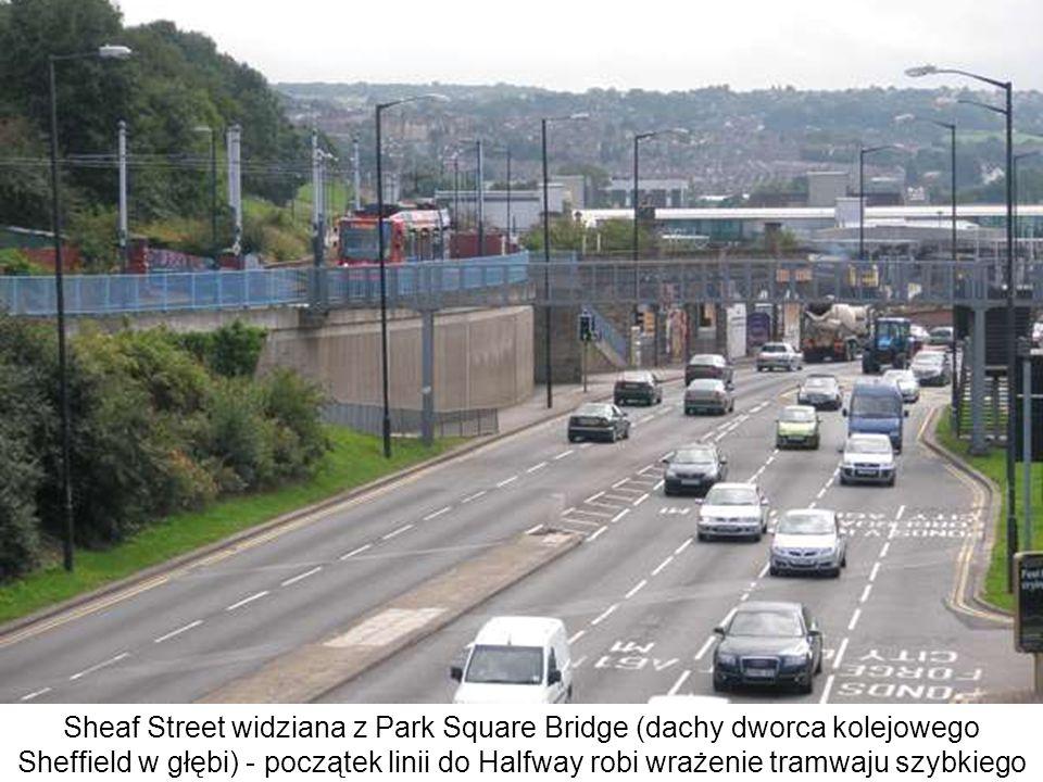 Sheaf Street widziana z Park Square Bridge (dachy dworca kolejowego Sheffield w głębi) - początek linii do Halfway robi wrażenie tramwaju szybkiego