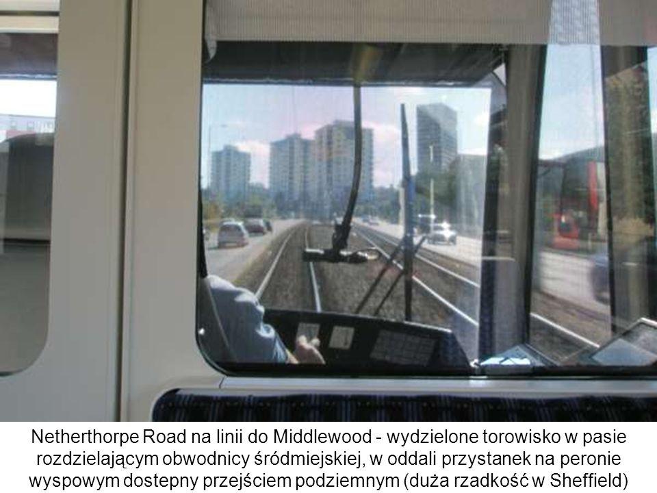 Netherthorpe Road na linii do Middlewood - wydzielone torowisko w pasie rozdzielającym obwodnicy śródmiejskiej, w oddali przystanek na peronie wyspowym dostepny przejściem podziemnym (duża rzadkość w Sheffield)