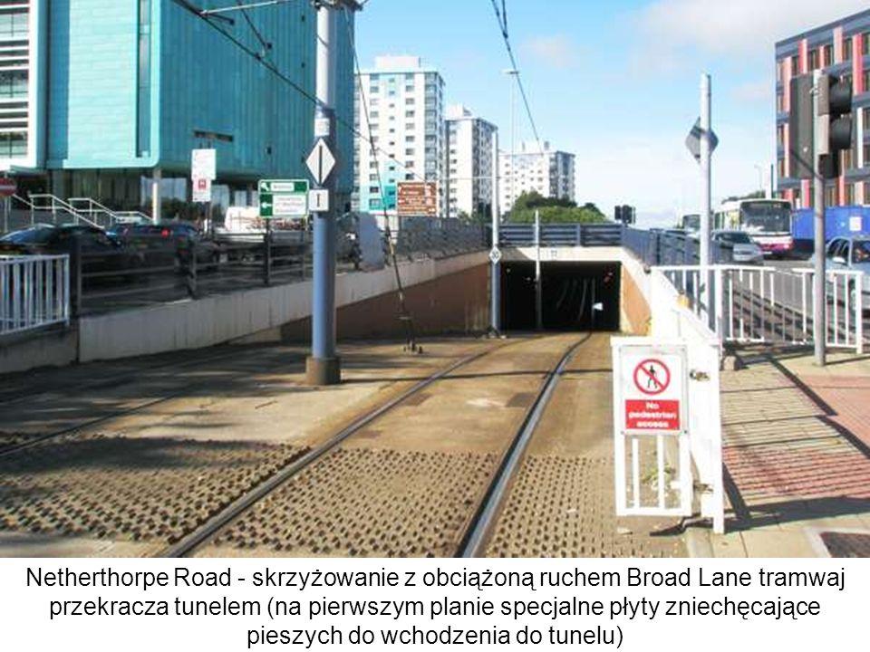 Netherthorpe Road - skrzyżowanie z obciążoną ruchem Broad Lane tramwaj przekracza tunelem (na pierwszym planie specjalne płyty zniechęcające pieszych do wchodzenia do tunelu)