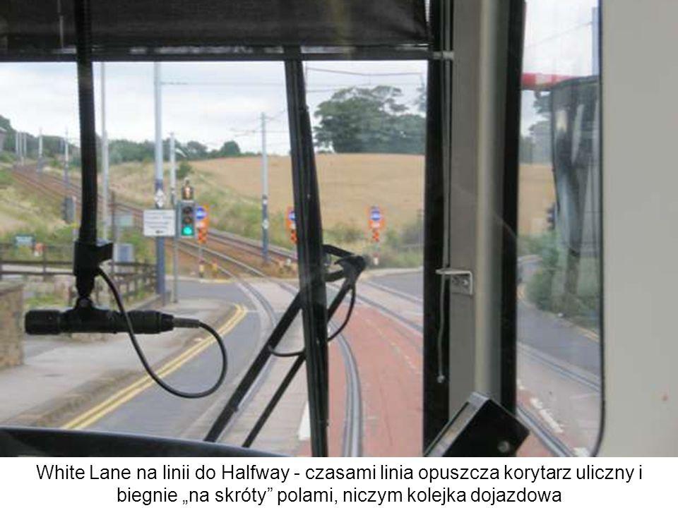 """White Lane na linii do Halfway - czasami linia opuszcza korytarz uliczny i biegnie """"na skróty polami, niczym kolejka dojazdowa"""