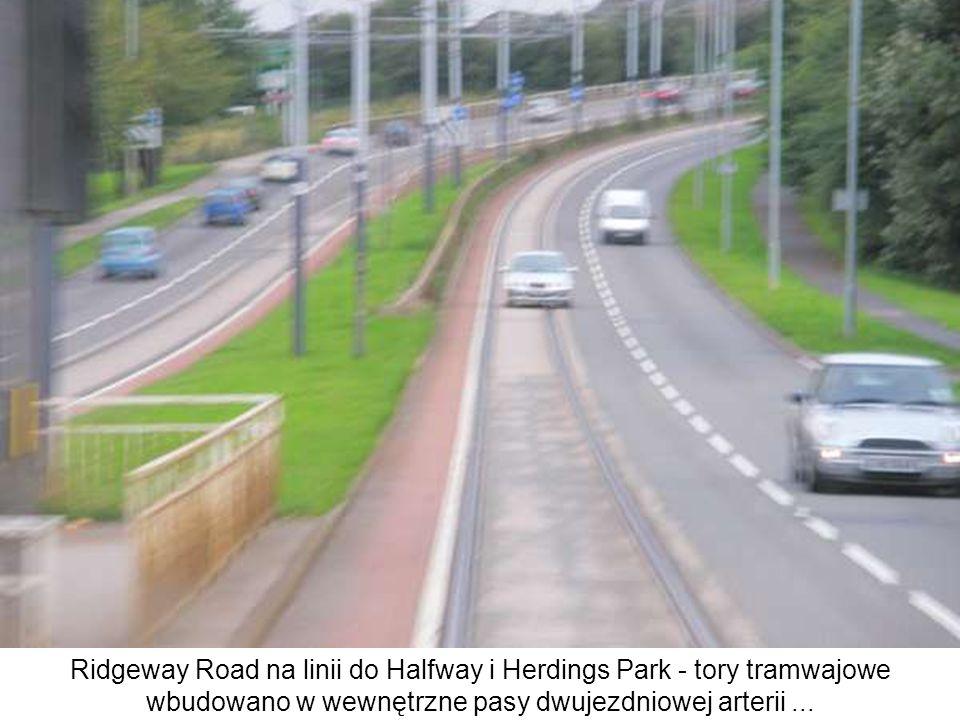 Ridgeway Road na linii do Halfway i Herdings Park - tory tramwajowe wbudowano w wewnętrzne pasy dwujezdniowej arterii ...