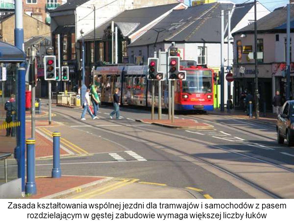 Zasada kształtowania wspólnej jezdni dla tramwajów i samochodów z pasem rozdzielającym w gęstej zabudowie wymaga większej liczby łuków