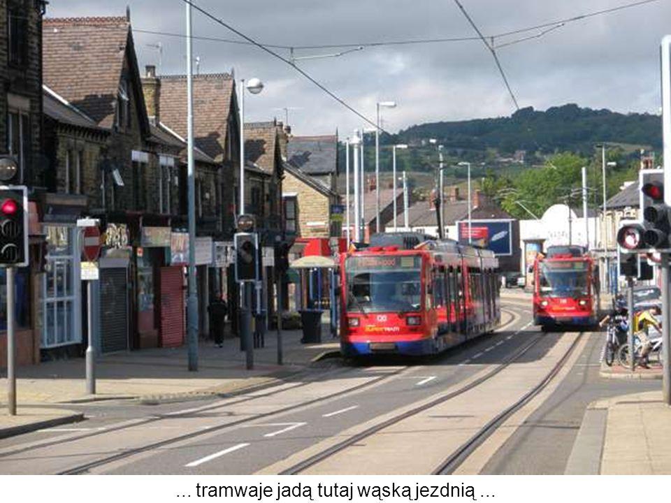 ... tramwaje jadą tutaj wąską jezdnią ...