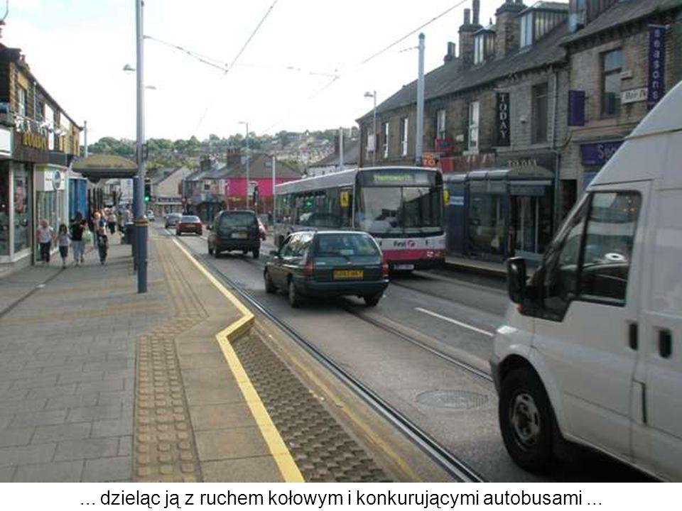 ... dzieląc ją z ruchem kołowym i konkurującymi autobusami ...
