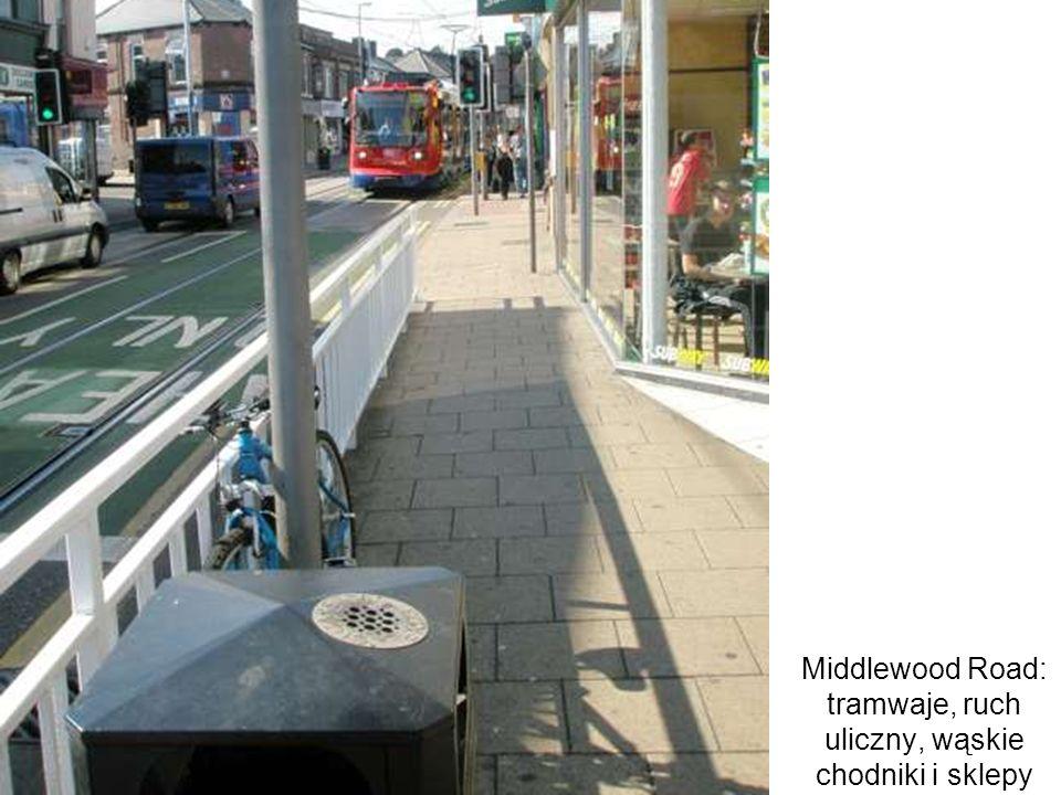 Middlewood Road: tramwaje, ruch uliczny, wąskie chodniki i sklepy