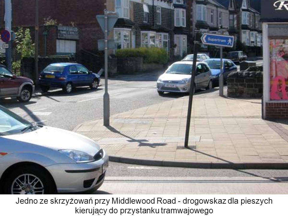 Jedno ze skrzyżowań przy Middlewood Road - drogowskaz dla pieszych kierujący do przystanku tramwajowego