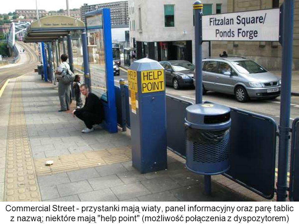 Commercial Street - przystanki mają wiaty, panel informacyjny oraz parę tablic z nazwą; niektóre mają help point (możliwość połączenia z dyspozytorem)