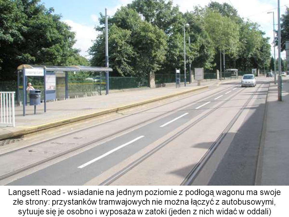 Langsett Road - wsiadanie na jednym poziomie z podłogą wagonu ma swoje złe strony: przystanków tramwajowych nie można łączyć z autobusowymi, sytuuje się je osobno i wyposaża w zatoki (jeden z nich widać w oddali)