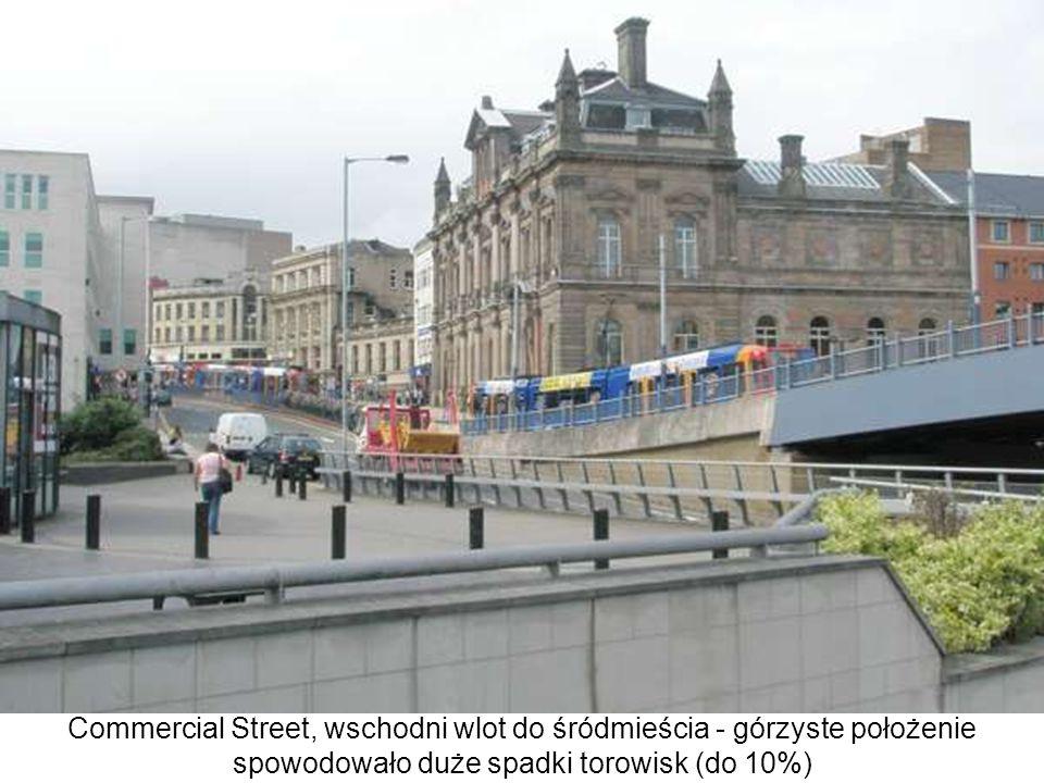 Commercial Street, wschodni wlot do śródmieścia - górzyste położenie spowodowało duże spadki torowisk (do 10%)