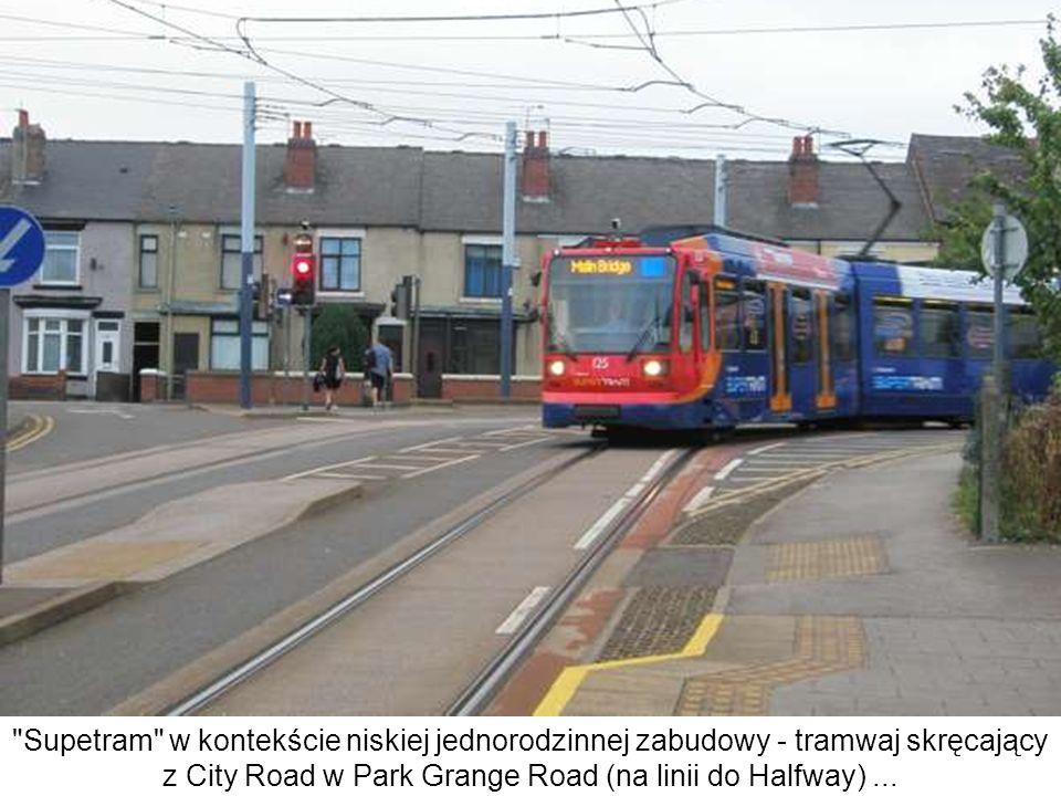 Supetram w kontekście niskiej jednorodzinnej zabudowy - tramwaj skręcający z City Road w Park Grange Road (na linii do Halfway) ...