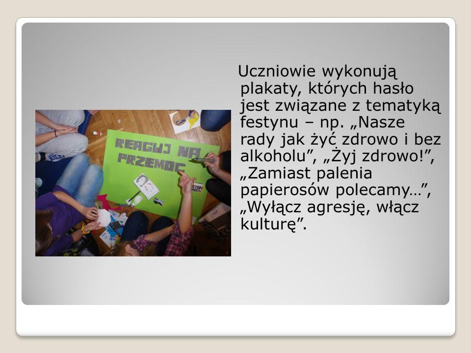 Uczniowie wykonują plakaty, których hasło jest związane z tematyką festynu – np.