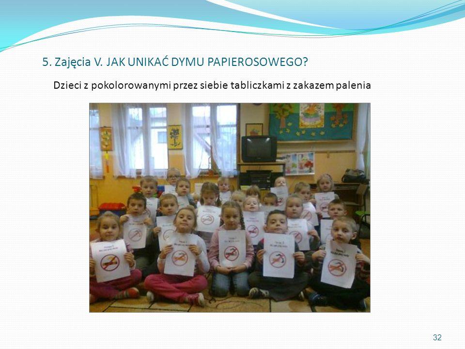 Dzieci z pokolorowanymi przez siebie tabliczkami z zakazem palenia