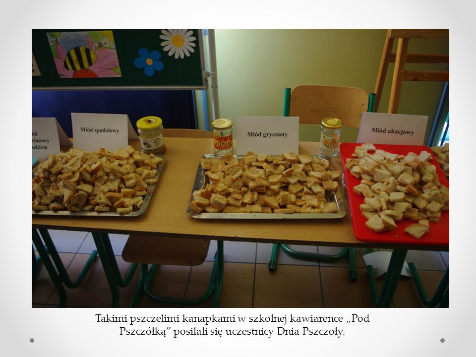 """Takimi pszczelimi kanapkami w szkolnej kawiarence """"Pod Pszczółką posilali się uczestnicy Dnia Pszczoły."""